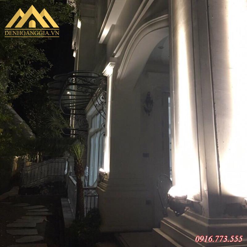 Ánh sáng của đèn led rọi cột không quá chói lóa giúp khách hàng thuận tiện trong quá trình di chuyển vào ban đêm