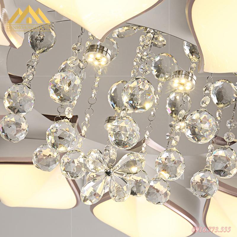 Thiết kế đèn mâm LED mica Rolux-A1 3 màu kết hợp cùng những quả cầu pha lê lấp lánh