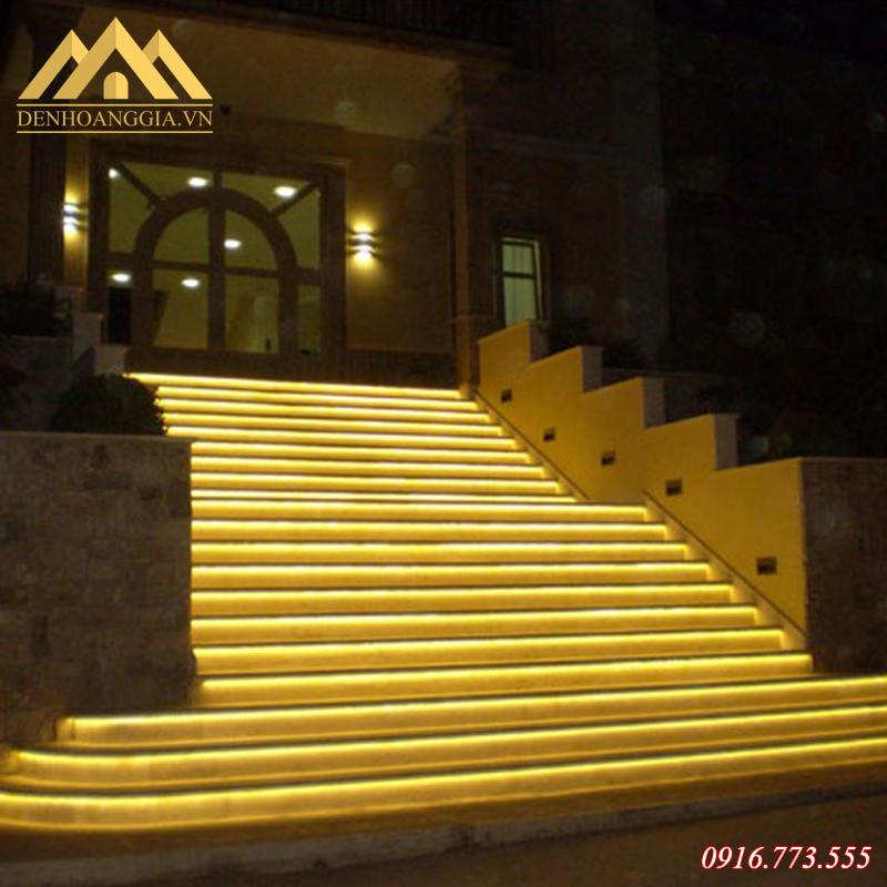 Đèn led dây lắp bậc chân cầu thang của khách sạn