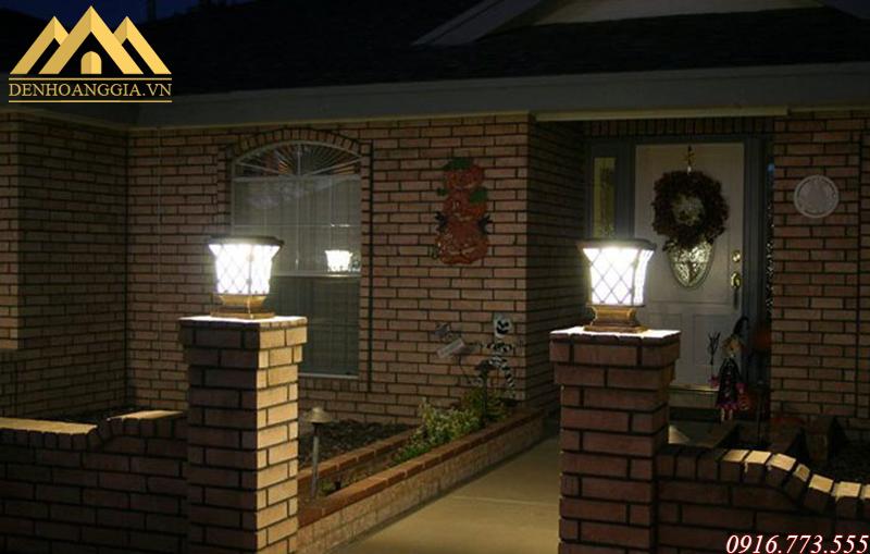 Đèn trụ cổng cổ điển bằng đồng thể hiện sự sang trọng và đẳng cấp của ngôi nhà