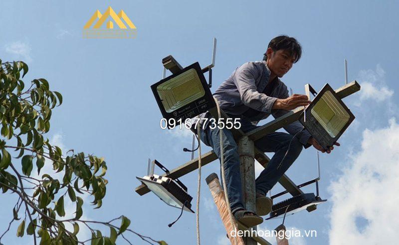 Thi công lắp đặt đèn led pha năng lượng mặt trời 50W Max Eco TLC