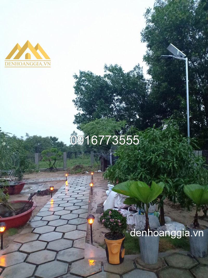 Chiếu sáng sân vườn bằng đèn led tích trữ năng lượng mặt trời