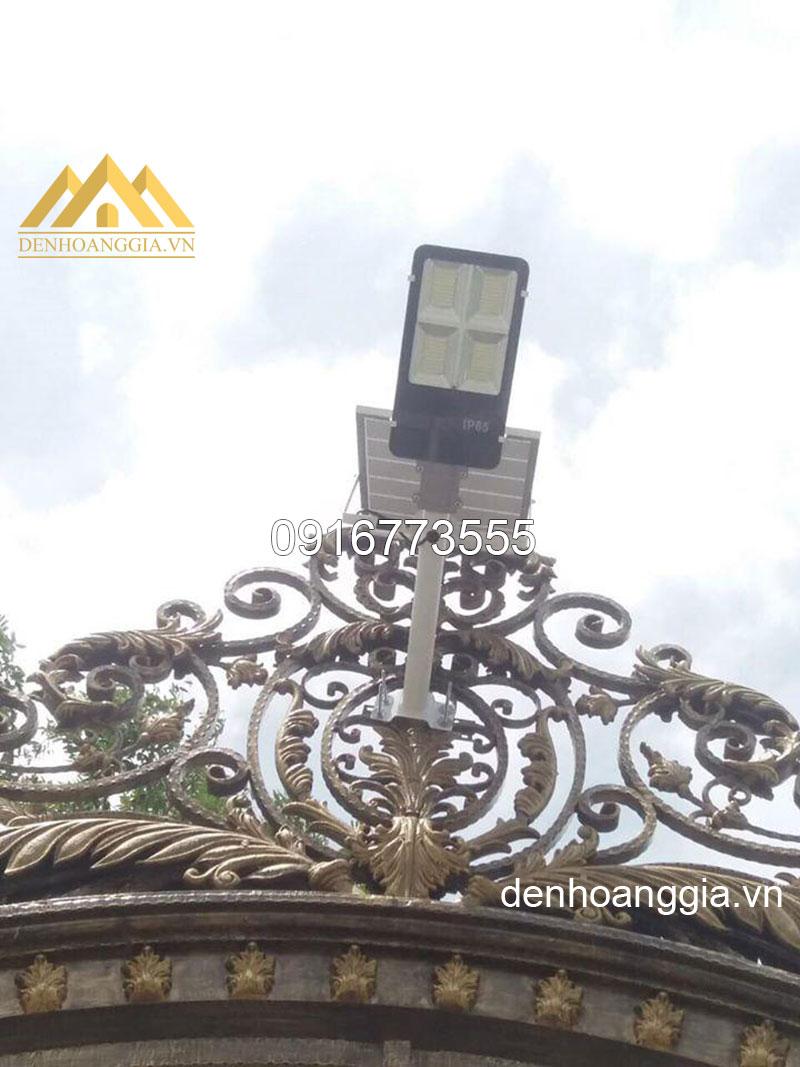 Sử dụng đèn led đường năng lượng mặt trời để chiếu sáng cổng nhà