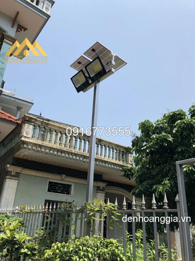 Đèn led pha 50w năng lượng mặt trời TLC chiếu sân nhà