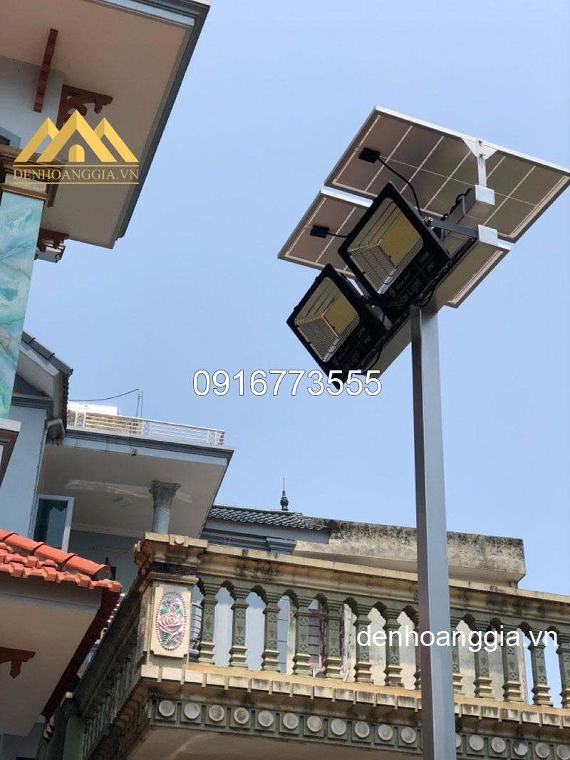 Đèn led pha solar light 30w TLC chiếu sáng sân vườn