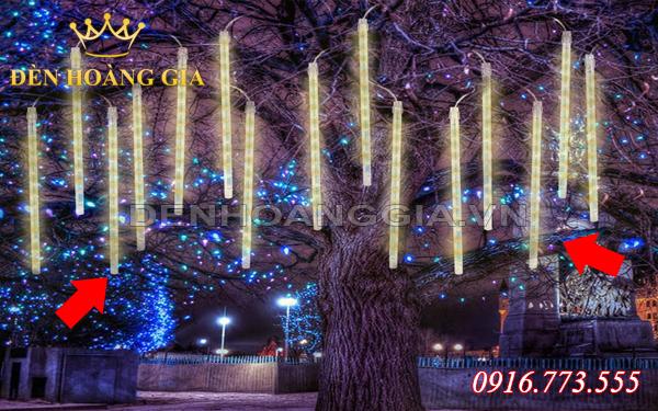 Sử dụng đèn led dây kết hợp với ống nhựa mica để trang trí cây ngoài trời